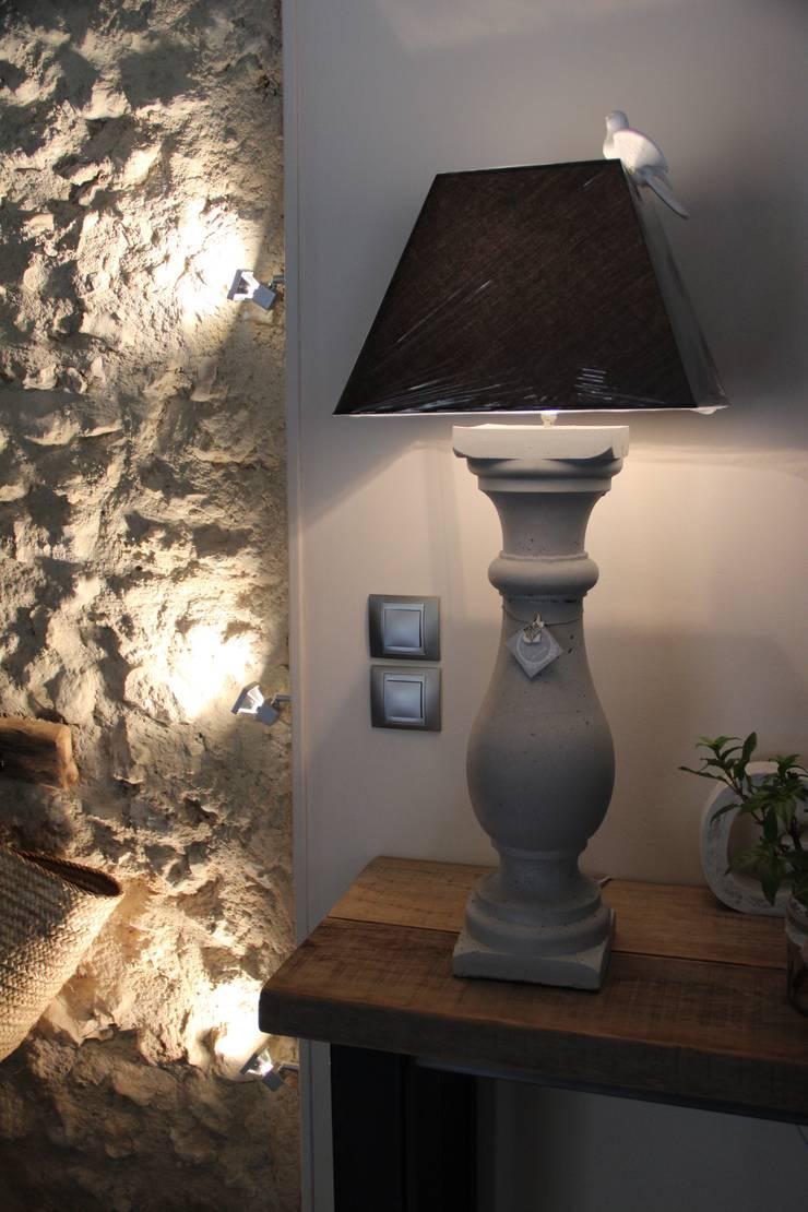 LAMPE EN BETON ABAT-JOUR CARRE: Maison de style  par Du Côté de l'Atelier