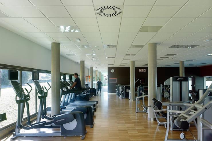 Centro Deportivo en Oleiros (A Coruña):  de estilo  de NAOS ARQUITECTURA