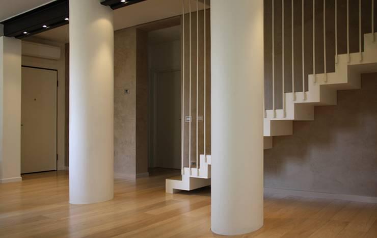 Casa Salzano: Ingresso & Corridoio in stile  di Pier Maria Giordani Architetto,