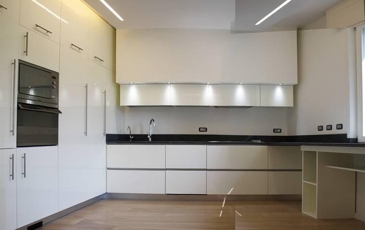 Casa Salzano: Cucina in stile  di Pier Maria Giordani Architetto,