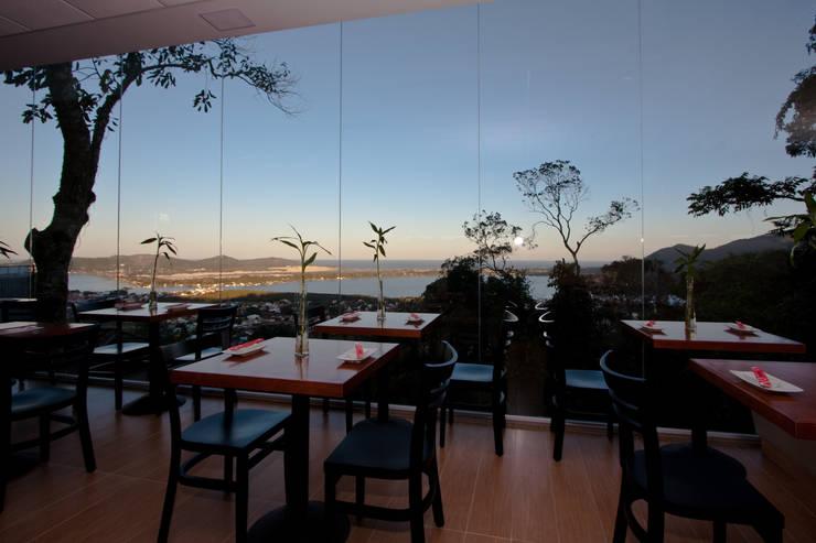 Restaurante Kanpai Lagoa: Espaços gastronômicos  por MarchettiBonetti+,