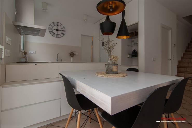 Cocina en tonos blancos y cremas: Casas de estilo moderno de Trestrastos
