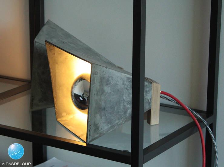 Lampe M: Salon de style  par À Pasdeloup Design