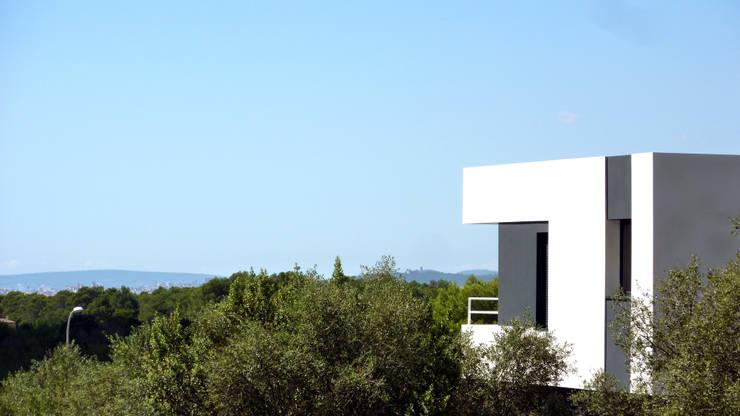 VIVIENDA UNIFAMILIAR AISLADA EN <q>VIÑAS DE SON VERÍ</q>, MALLORCA: Casas de estilo  de JAIME SALVÁ, Arquitectura & Interiorismo