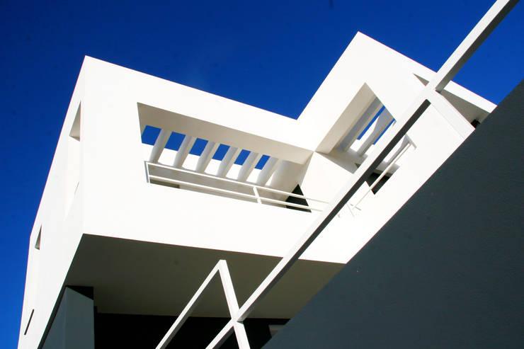 """VIVIENDA UNIFAMILIAR AISLADA EN """"VIÑAS DE SON VERÍ"""", MALLORCA: Casas de estilo  de JAIME SALVÁ, Arquitectura & Interiorismo"""
