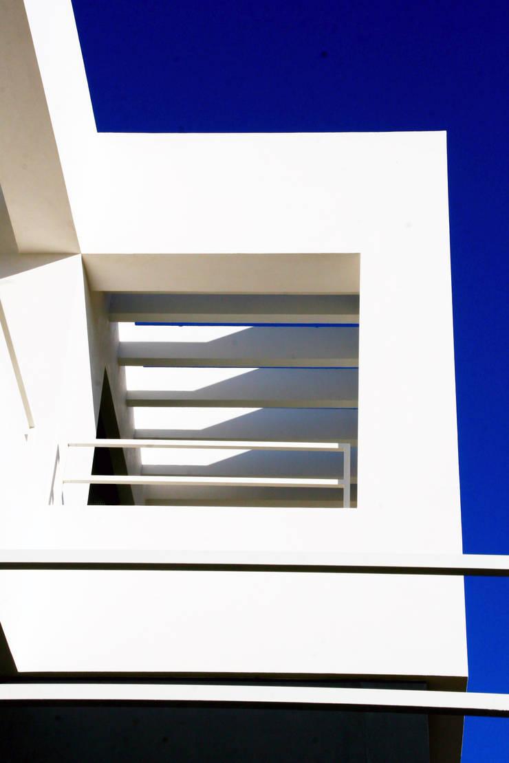 VIVIENDA UNIFAMILIAR AISLADA EN <q>VIÑAS DE SON VERÍ</q>, MALLORCA: Pasillos y vestíbulos de estilo  de JAIME SALVÁ, Arquitectura & Interiorismo