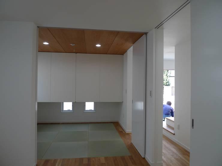 シンプルな和室: 桑原建築設計室が手掛けた寝室です。