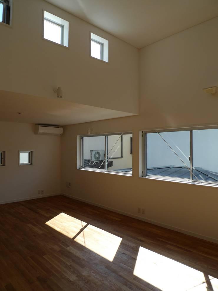 シンプルな内装: 桑原建築設計室が手掛けたリビングです。