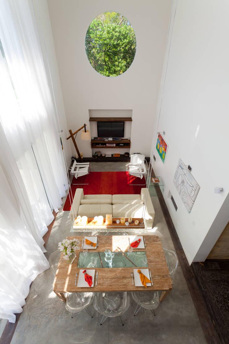Residência Condomínio Village Porto da Lagoa: Casa  por Mantovani e Rita Arquitetura