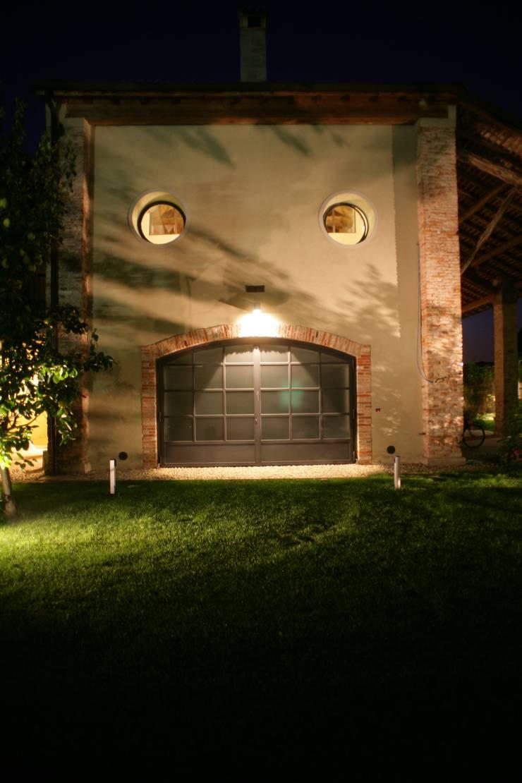 Recupero di un edificio rurale situato all'interno del tessuto urbano: Case in stile  di ariano architettura, Moderno