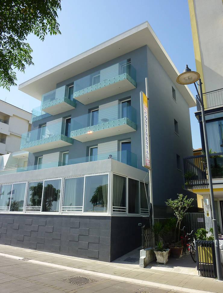 Bellsuite Hotel: Hotel in stile  di Stefano Zaghini Architetto,