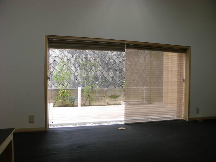 工房から中庭を見る: kihon_formが手掛けた和室です。