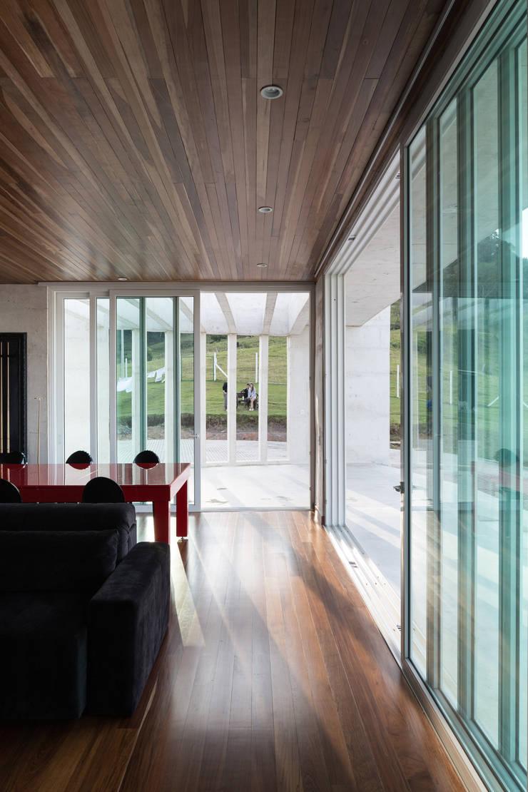 Casa HLM: Salas de estar  por Boa Arquitetura