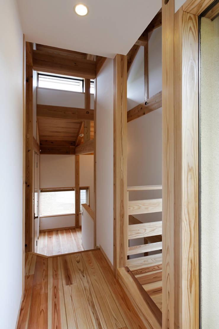 階段ホール: kihon_formが手掛けた廊下 & 玄関です。