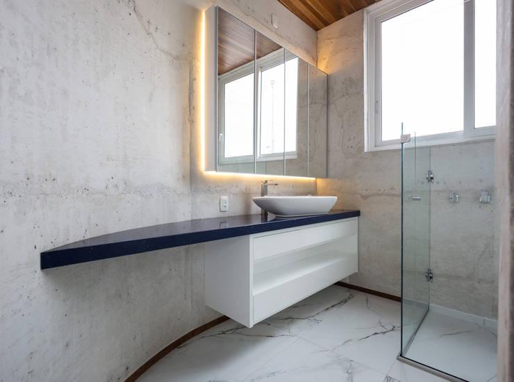 Casa HLM: Banheiros  por Boa Arquitetura