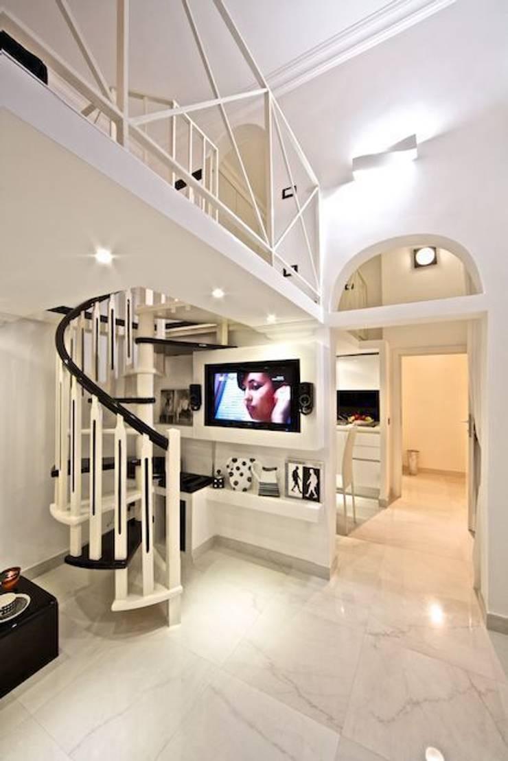 spiral staircase: Case in stile  di Pavart SRL,
