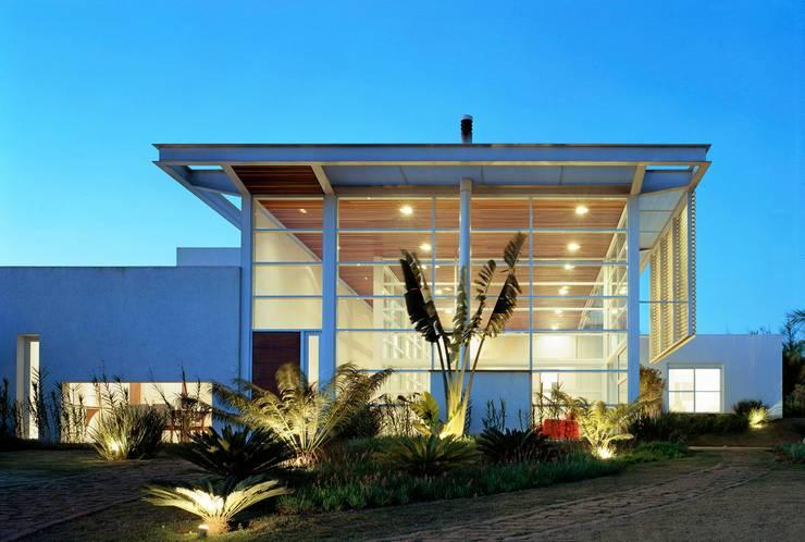 Casa de Vidro: Casas  por Reinach Mendonça Arquitetos Associados