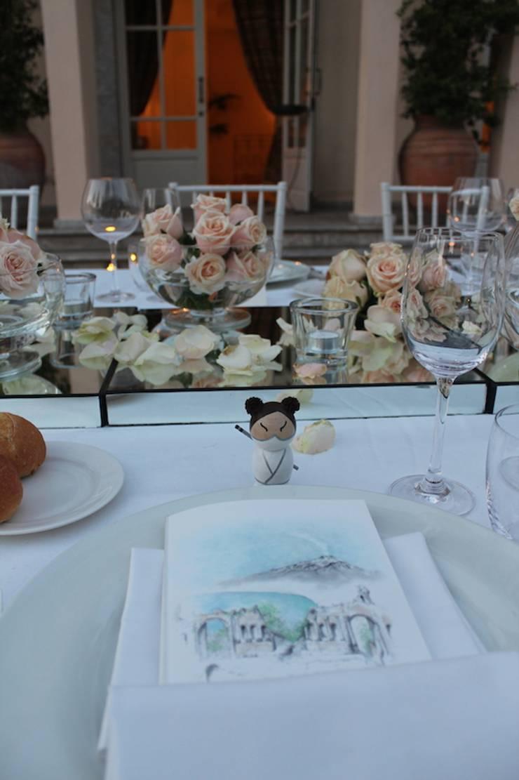 Tavolo Imperiale in rosa: Balcone, Veranda & Terrazzo in stile  di michelangelo finocchiaro,