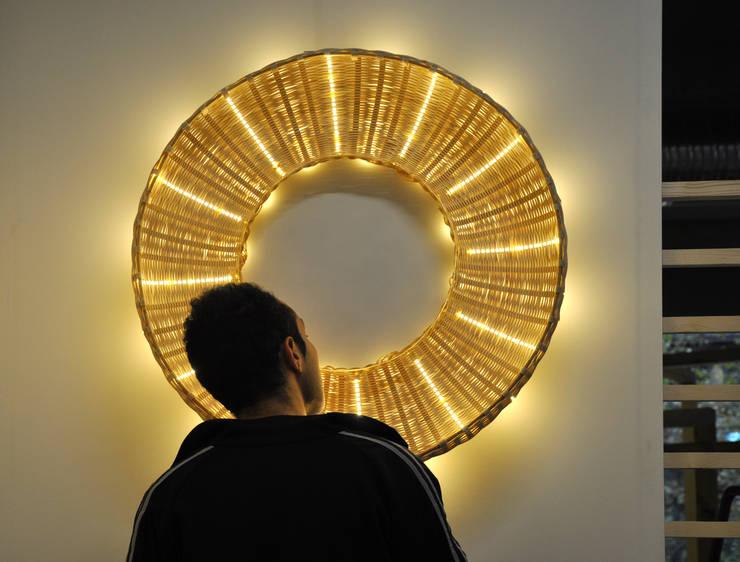 Lampe AURA: Maison de style  par Oceane Delain