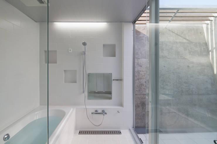 House in Fuji: LEVEL Architectsが手掛けた浴室です。