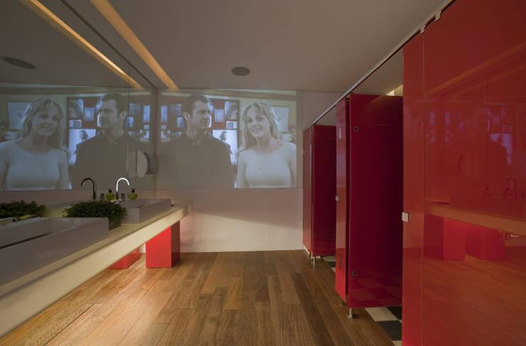ห้องน้ำ โดย Rozânia Nicolau Arquitetura & Design de Interiores