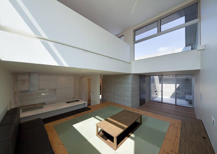 House in Fuji: LEVEL Architectsが手掛けたリビングです。