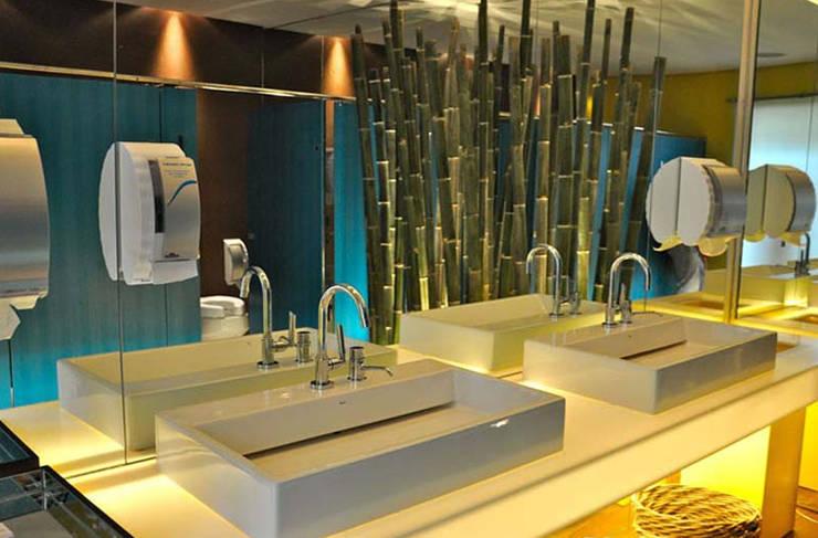 Banheiro Masculino – Casa Trio :   por Rozânia Nicolau Arquitetura & Design de Interiores,