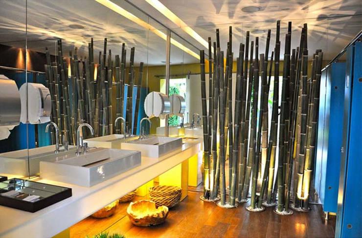 Banheiro Masculino:   por Rozânia Nicolau Arquitetura & Design de Interiores,