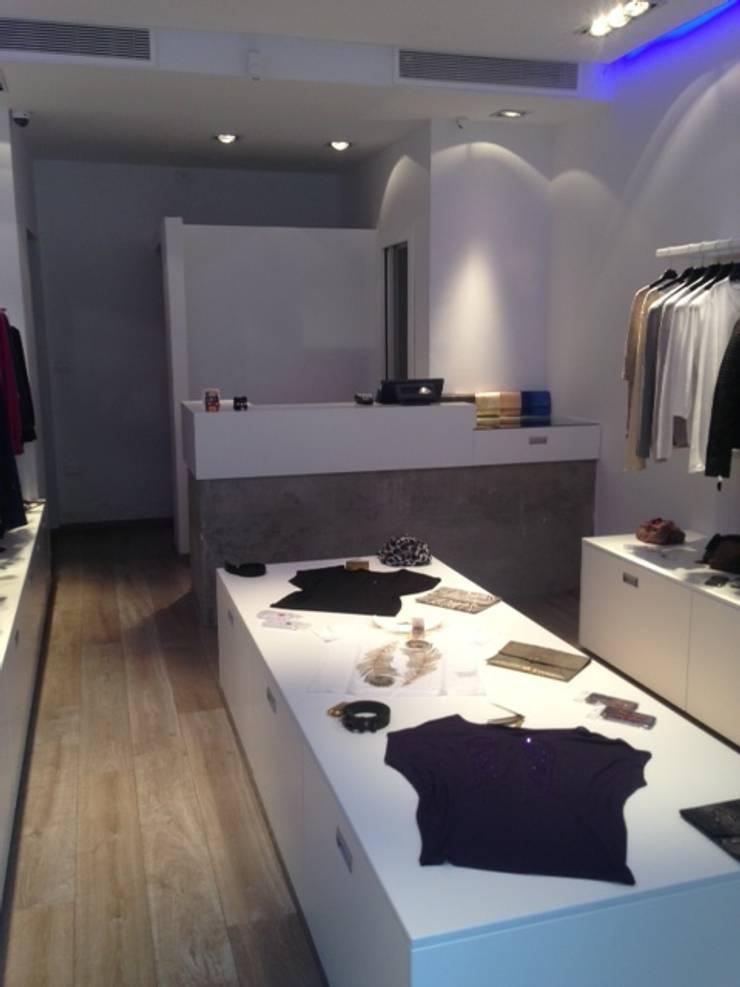 Magasin de vêtements féminins, La Marsa (Tunisie), 2013 – Aménagement intérieur – 50 m²: Locaux commerciaux & Magasins de style  par ERIC SANTOS • ARCHITECTURE