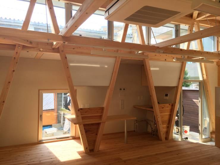 Salas multimedias de estilo  por H.Maekawa Architect & Associates, Ecléctico