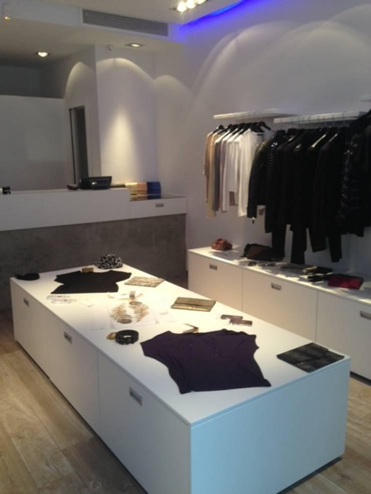 Magasin de vêtements féminins, La Marsa (Tunisie), 2013 - Aménagement intérieur - 50 m²: Locaux commerciaux & Magasins de style  par ERIC SANTOS • ARCHITECTURE