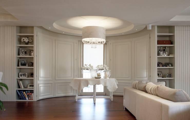 Casa Iasoni: Soggiorno in stile  di Pier Maria Giordani Architetto