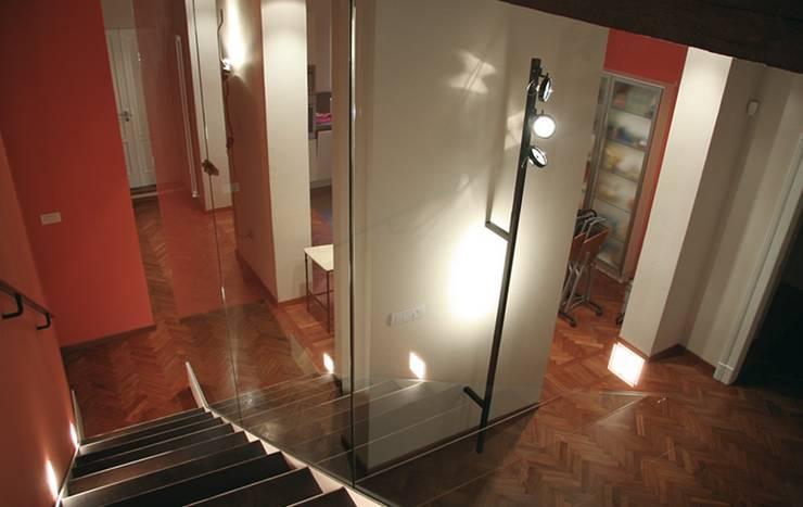 Casa Vecchi: Ingresso & Corridoio in stile  di Pier Maria Giordani Architetto