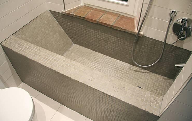 Casa Vecchi: Bagno in stile  di Pier Maria Giordani Architetto