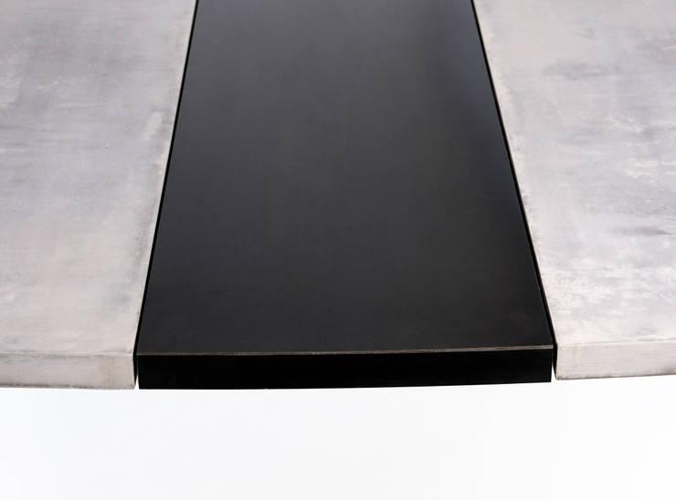 Table M « Béton lavé »: Maison de style  par ATELIER MARTIN BERGER