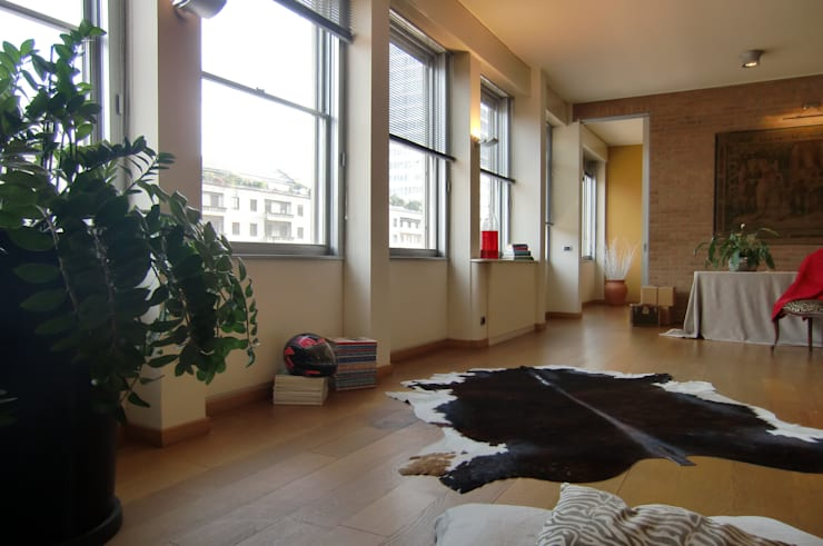 Milano come New York: Soggiorno in stile  di Architetto De Grandi, Moderno