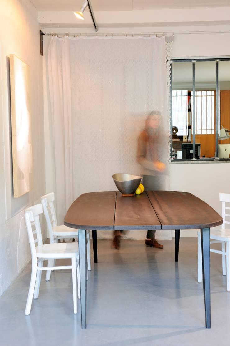 """Table M """" Malko choco """": Maison de style  par ATELIER MARTIN BERGER"""