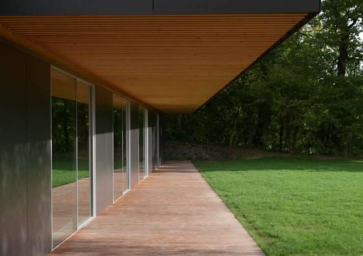 La terrasse abritée:  de style  par  MMXI architecture