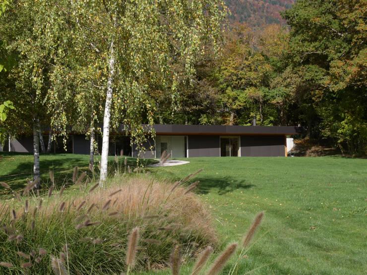 Vue depuis le jardin:  de style  par  MMXI architecture