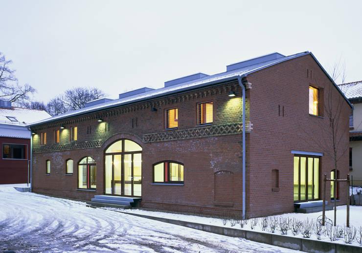 Stallscheune- Bauen im denkmalgeschützten Bestand:  Häuser von SteinhilberPlus