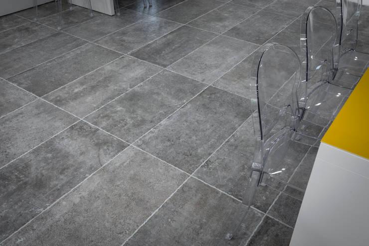 EVOQUE: Pareti & Pavimenti in stile  di dom ceramiche