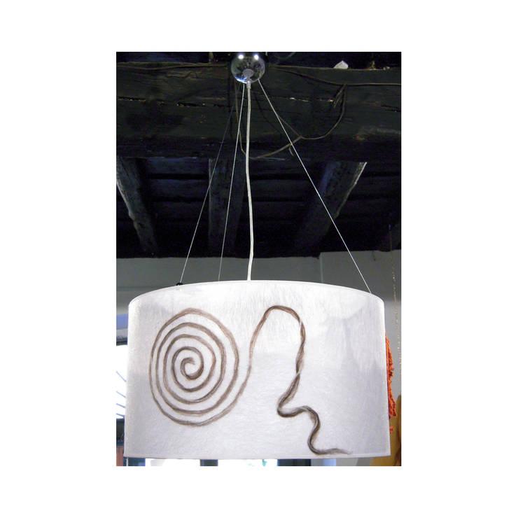 lampada da soffitto 202: Soggiorno in stile  di Elena Kihlman