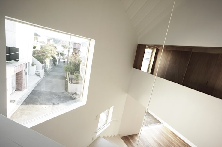 house on the hill: SHIOZAKI TAISHINが手掛けた廊下 & 玄関です。