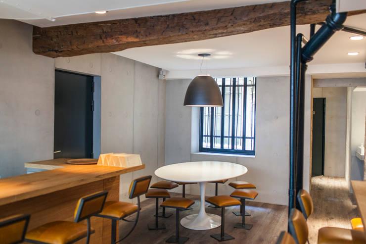 GYOZA BAR: Locaux commerciaux & Magasins de style  par Concrete LCDA