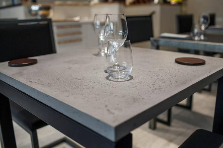 RESTAURANT AT: Locaux commerciaux & Magasins de style  par Concrete LCDA
