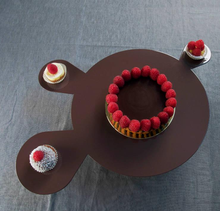 Gemma cakestand : Cucina in stile  di MR.LESS & MRS.MORE ,