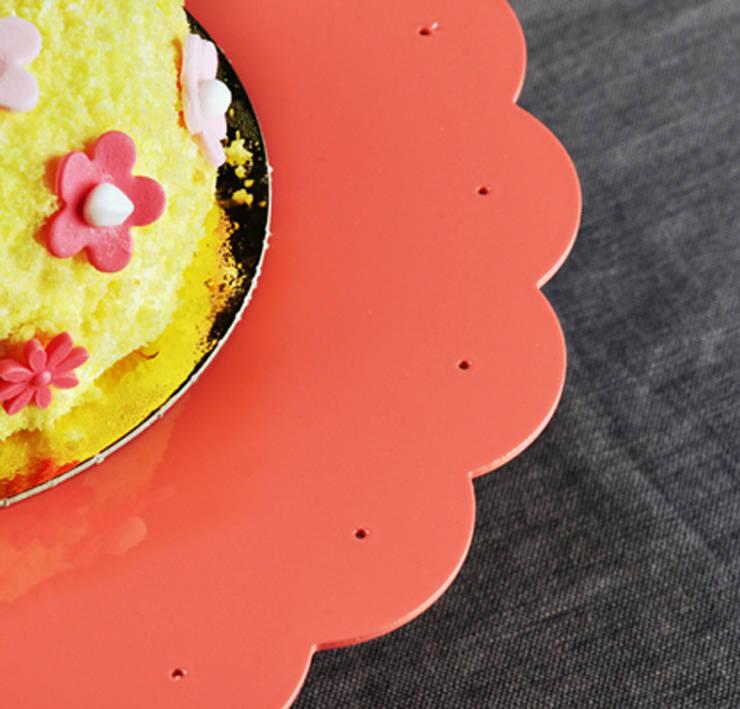 Soffio Cakestand: Cucina in stile  di MR.LESS & MRS.MORE
