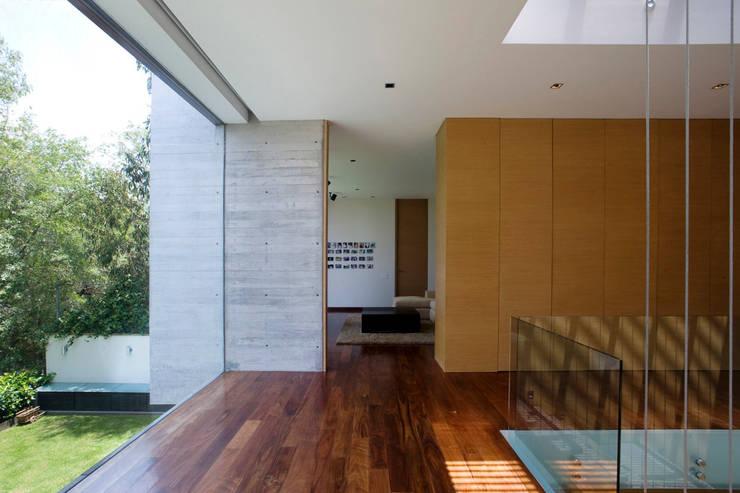 Casa V: Pasillos y recibidores de estilo  por Serrano Monjaraz Arquitectos