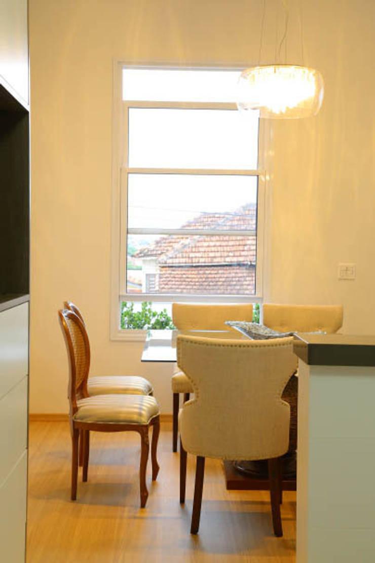 Casa nova, bairro antigo: Salas de jantar  por Fernanda Chiebao- ARCHI