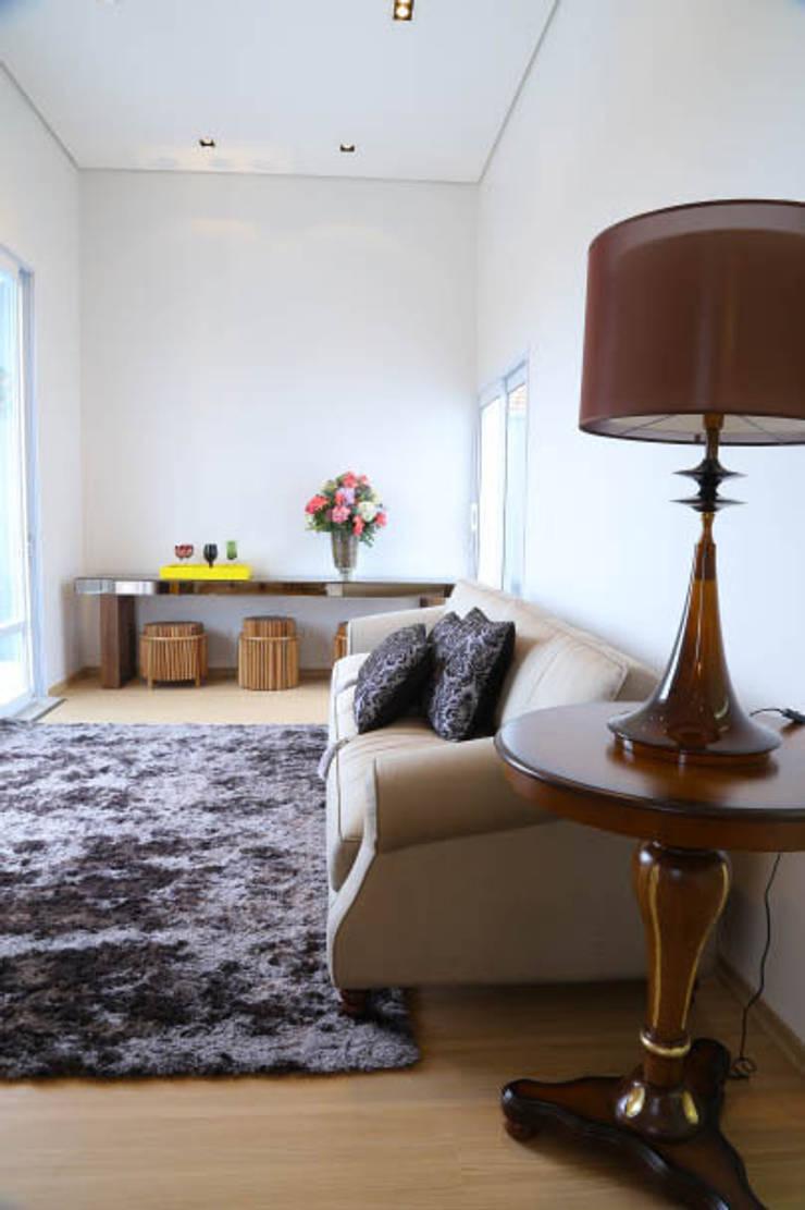 Casa nova, bairro antigo: Salas de estar  por Fernanda Chiebao- ARCHI